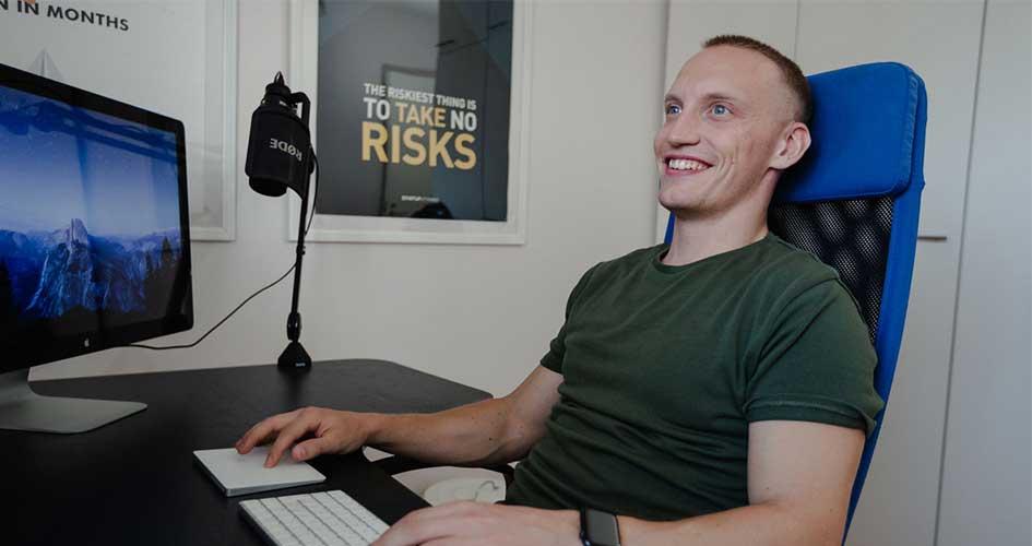 Sampsa istuu tietokoneella vuonna 2019